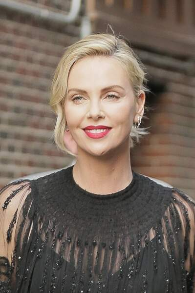 Charlize Theron, 42 ans, apparaît toujours tout en beauté.