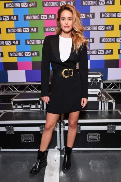 Alice David très stylée en jupe courte de la collection Moschino tv x H&M