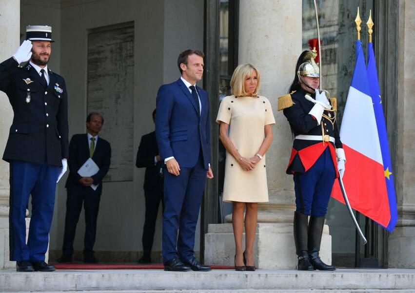 Brigitte Macron était très chic dans une robe beige droite