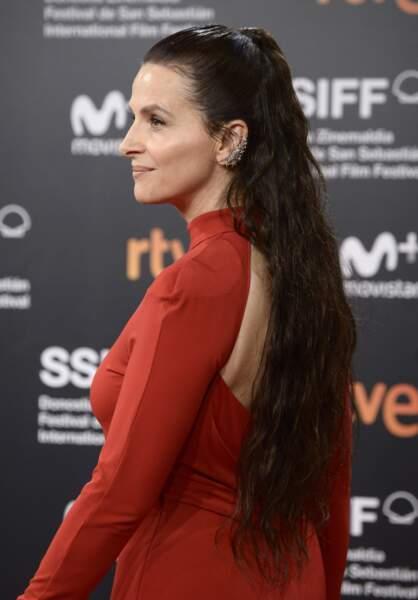 Après des années de cheveux courts, Juliette Binoche mise sur des cheveux longs et adopte la demi-queue de cheval