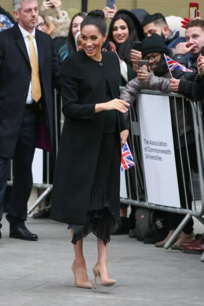 Pour sa rencontre avec les étudiants londoniens, Meghan Markle, enceinte, a recyclé son manteau Givenchy.