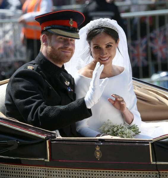 Le prince Harry et Meghan Markle saluent la foule.