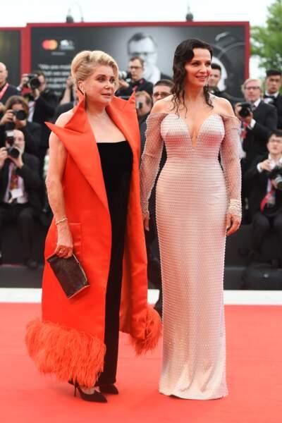 Catherine Deneuve a misé sur une tenue plus colorée que Juliette Binoche, en mettant à l'honneur l'orange