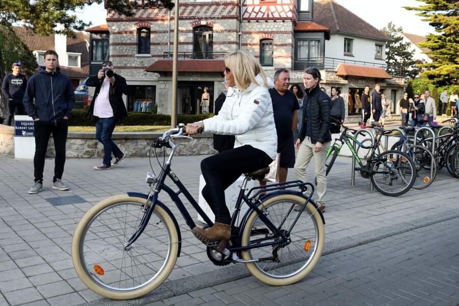 Brigitte Macron entretient sa forme en faisant du vélo au Touquet