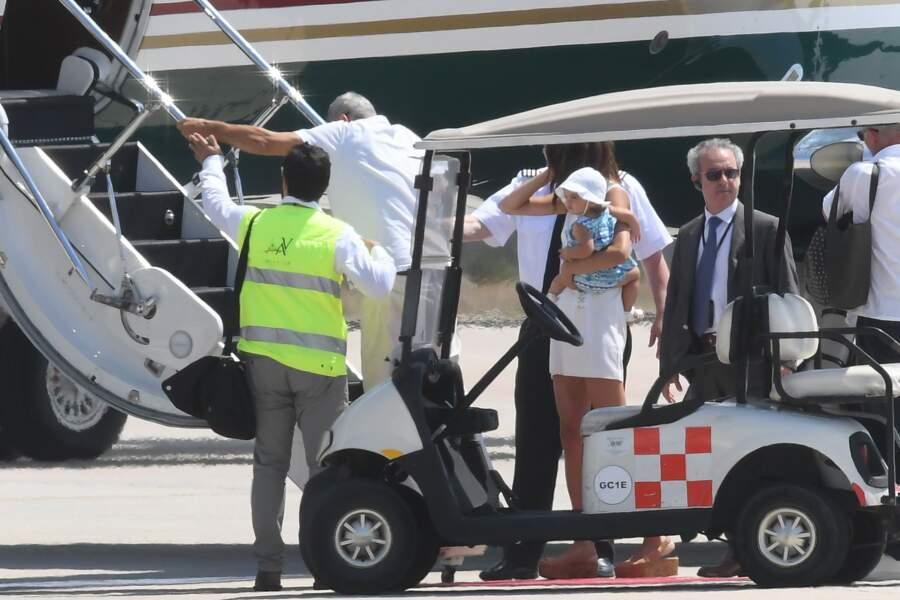 George Clooney, Amal et leur fille Ella quittent la Sardaigne et montent à bord de leur avion.