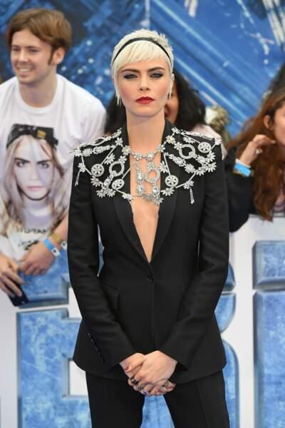 Cara Delevingne ose le make-up très sophistiqué : bouche rouge et regard de biche