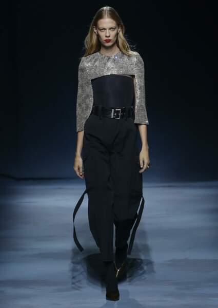 Tendance argent : la brillance argentée se fond à la sagesse d'un look androgyne chez Givenchy.
