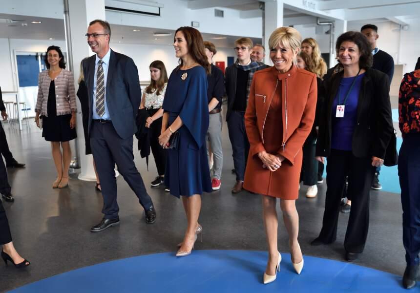 Brigitte Macron en perfecto tendance pour rencontrer les lycéens