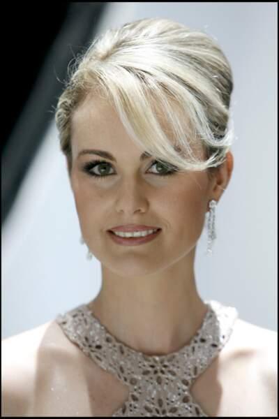 Pour l'élection de Miss France 2006, elle retrouve sa blondeur coiffée d'un chignon haut et d'une mèche sur le côté