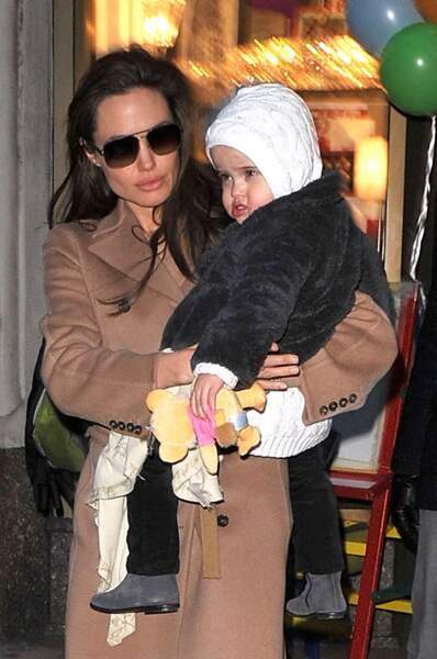 """Vivienne, dans les bras de sa mère en décembre 2010, serait la plus """"câline"""" des trois fillettes Jolie-Pitt."""
