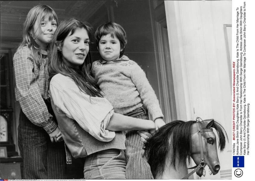 Jane Birkin avec ses filles Kate Barry et Charlotte Gainsbourg en 1976