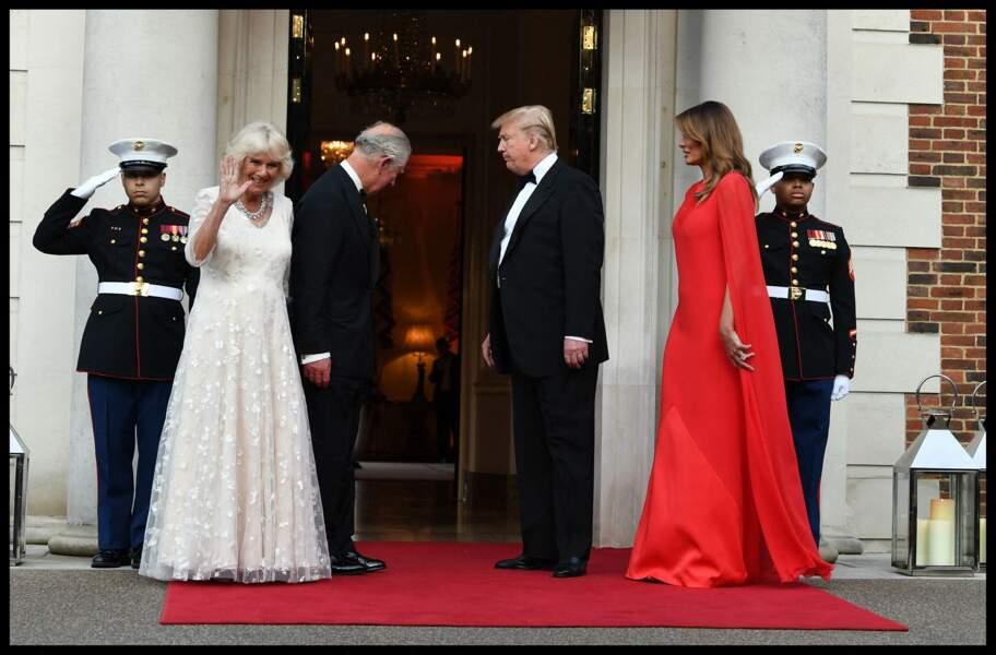 """Melania Trump dans une robe-longue cape, une tenue très aimée des """" royals """""""