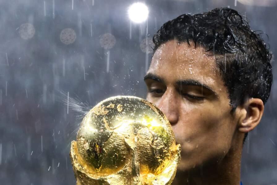Raphaël Varane embrasse la Coupe du monde après la victoire des Bleus