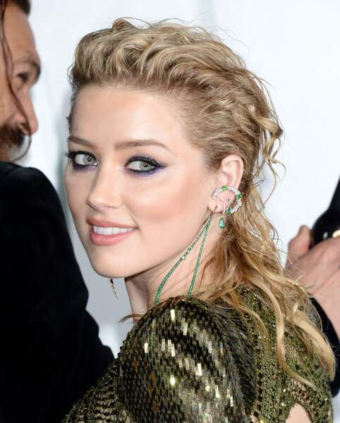 Un teint lumineux, un smoky sophistiquée et une coiffure bouclée, un look parfait pour Amber Heard