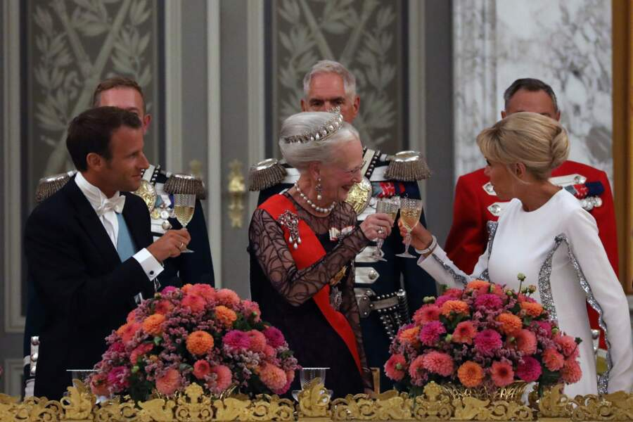 Le président de la République française Emmanuel Macron, la reine Margrethe II de Danemark et la Première dame.