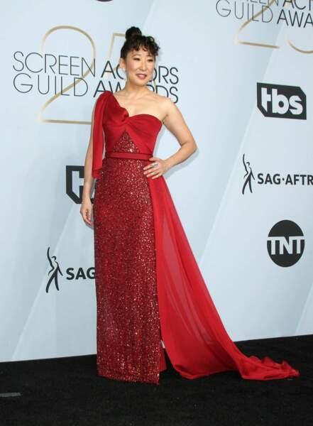 Sandra Oh très chic en robe de soirée rouge aux  SAG Awards 2019