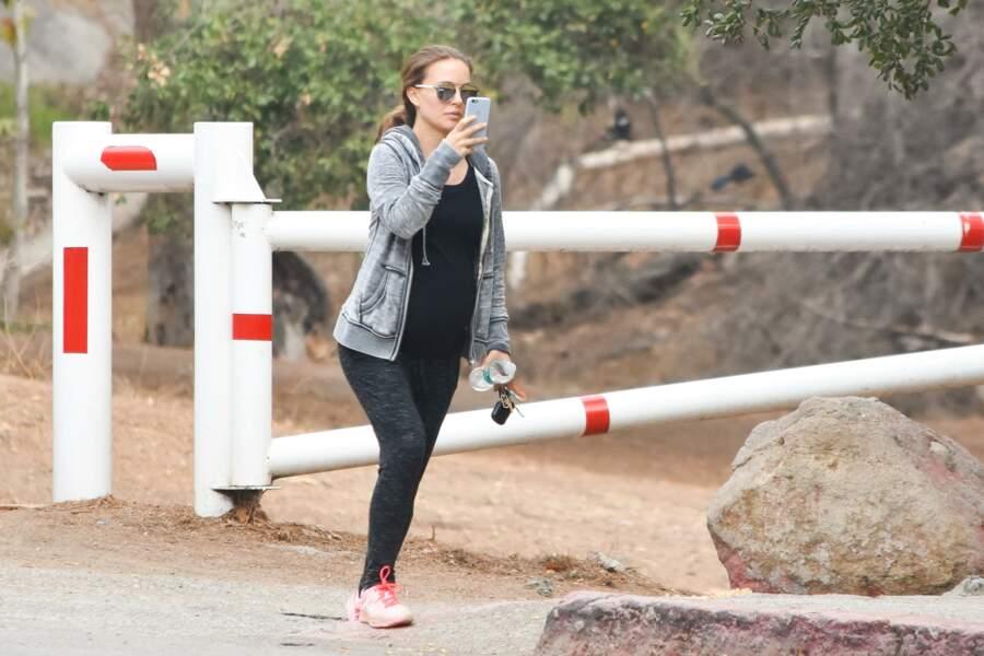 Natalie Portman photographie des paparazzis qui l'espionnent à Los Angeles