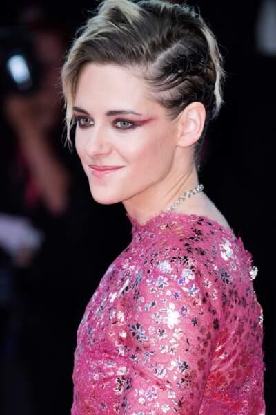 Regard dramatique pour Kristen Stewart avec ce trait de liner mauve et graphique sur ses yeux verts