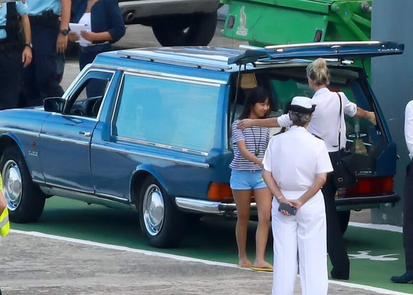 Laeticia Hallyday cajole ses filles à leur arrivée à St Barth
