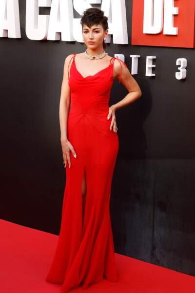 Ursula Corbero enflamme le red carpet avec sa robe longue et fendue rouge et sa coiffure punk à Madrid