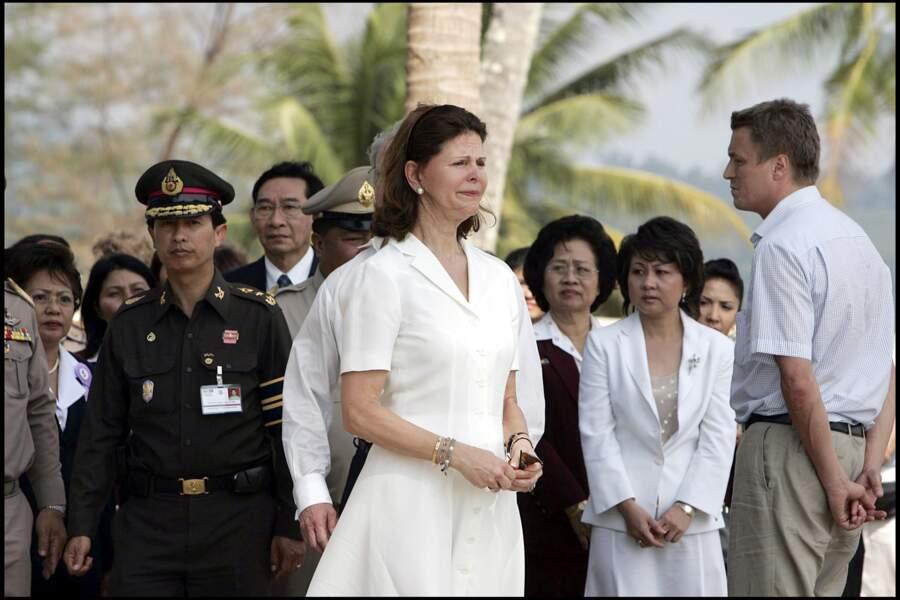 Silvia de Suède fond en larmes lors d'une cérémonie en hommage aux victimes du Tsunami à Khao Lak, le 18/02/05