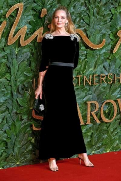 Du velours et une taille soulignée pour les femmes grandes comme Uma Thurman