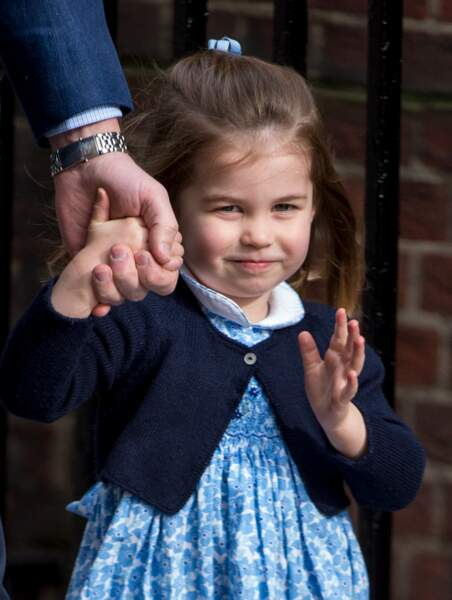 Charlotte salue la foule à son arrivée à l'hôpital St Marys après la naissance de son frère Louis, le 23 avril 2018
