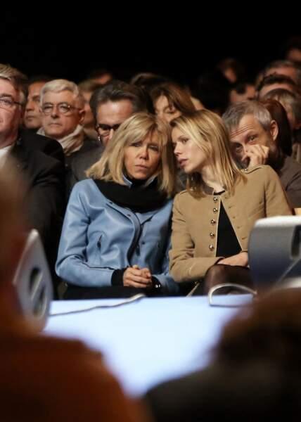 Brigitte Macron murmure à l'oreille de sa fille Tiphaine Auzière