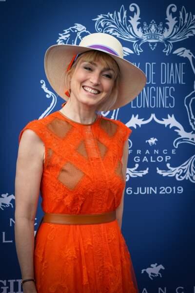 Julie Gayet stylée en robe orangée et large chapeau