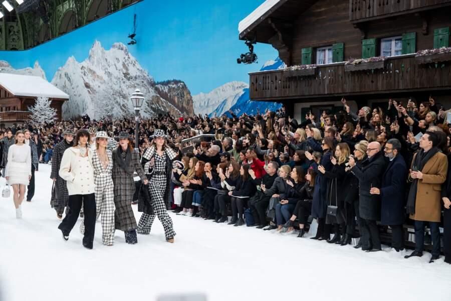 Cara Delevingne a assuré le show, entre émotion et puissance, au défilé Chanel hommage à Karl Lagerfeld.