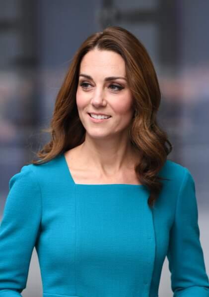 Les reflets auburn dans le châtain foncé de Kate Middleton mettent son teint pâle en valeur.
