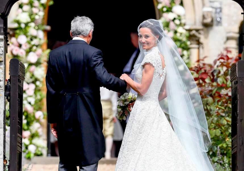 Pippa Middleton escortée par son père Michael Middleton, lors de son mariage avec James Matthews le 20 mai 2017