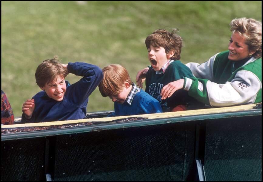 William, Harry et la princesse Diana s'amusent lors d'une sortie au parc d'attraction Alton Towers en 1994