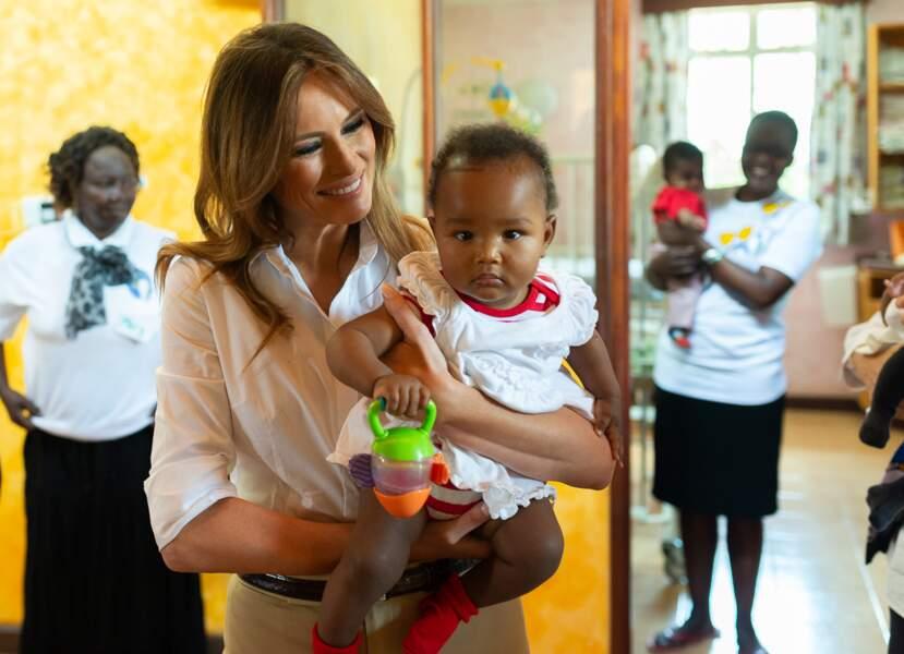 Melania Trump, visitant un orphelinat, au Kenya, le 5 octobre 2018
