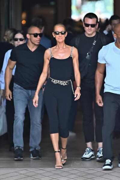 Pepe Munoz (en arrière plan) accompagne Céline Dion aux présentations des grandes maisons, cette année encore