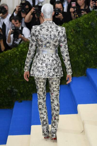 De dos l'ensemble est tout aussi surprenant avec ce tailleur Chanel assorti aux Louboutin argent, of course