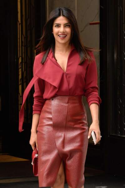 Tout sourire, Priyanka Chopra sort de son appartement. Vêtue de cuir rouge, elle vole la vedette à son amie Meghan