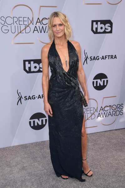 Robin Wright ultra glamour dans robe décolletée et fendue Oscar de la Renta