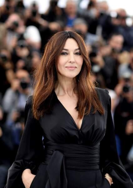 Des cheveux bruns brillants et parfaitement hydratés, l'atout séduction de la belle Monica Bellucci.