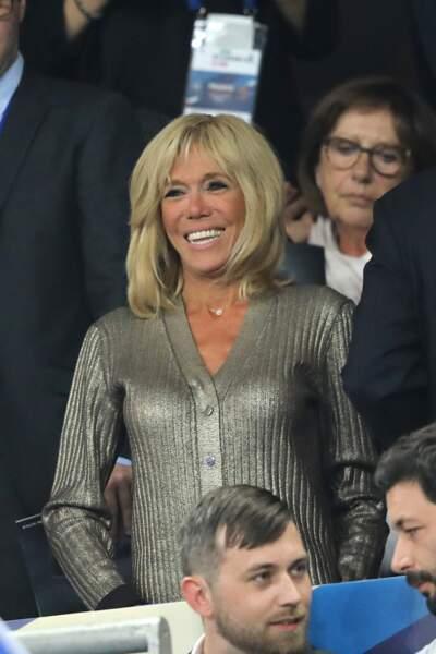 On craque pour le gilet métallisé Louis Vuitton de Brigitte Macron aux mailles côtelées et boutons ton sur ton.