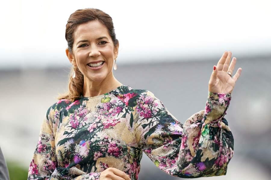 Radieuse, Mary de Danemark salue les participants du festival des fleurs
