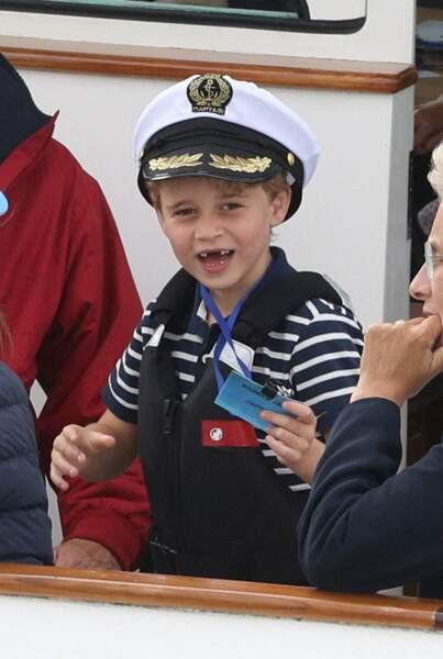 Avec la casquette du capitaine, sa marinière et son gilet de sauvetage, le prince George a fait sensation