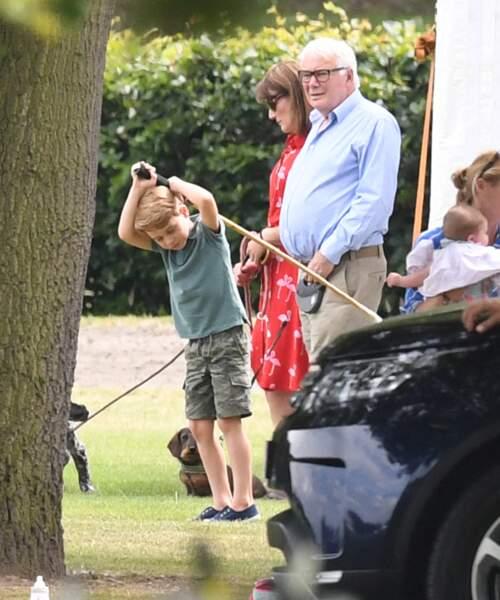Le prince George, en polo et short, profite de l'été