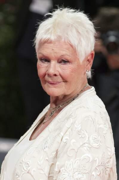 Judy Dench et ses cheveux blancs étincelants à la Mostra de Venise