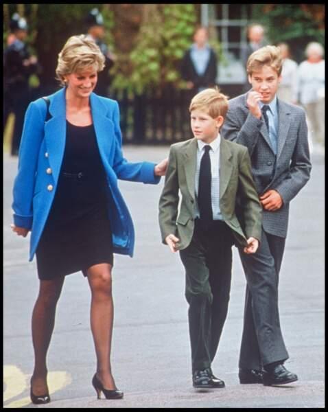La princesse Diana et ses fils Harry et William à la sortie du collège d'Eton, en 1995