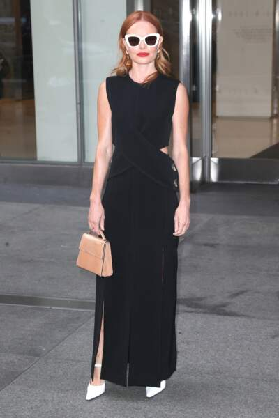 Une robe noire fluide portée avec des escarpins blancs pour un look graphique de Kate Bosworth