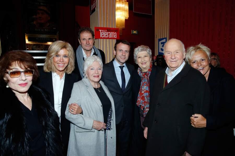 """Emmanuel Macron et son épouse Brigitte Trogneux sont venus féliciter la troupe de la pièce """"À tort et à Raison"""""""