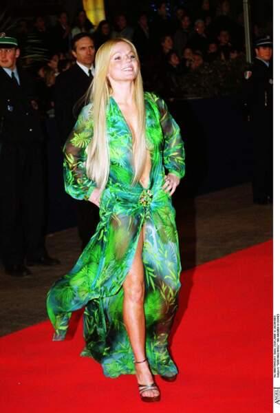 Geri Halliwell porte la fameuse robe incendiaire Versace de Jennifer Lopez aux NRJ Music Awards à Cannes en 2000