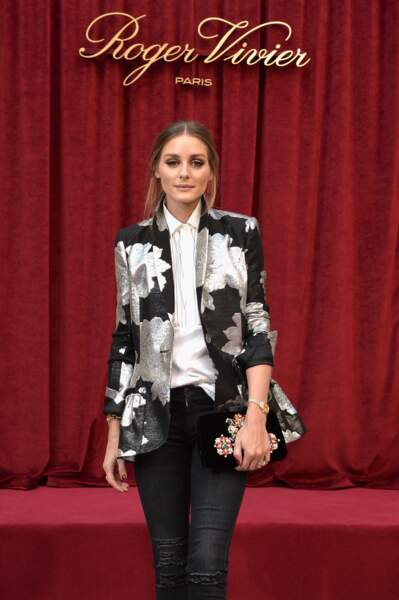 Une veste de blazer à imprimés fleuris lurex matche avec le sac Roger Vivier d'Olivia Palermo, toujours chic !