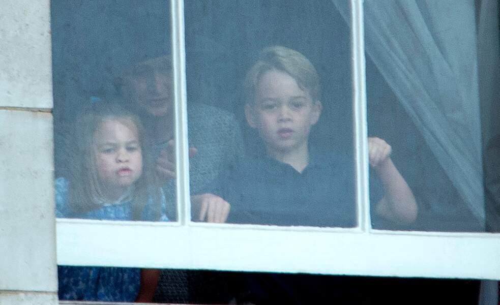 Charlotte et George font les clowns à la fenêtre de Buckingham Palace